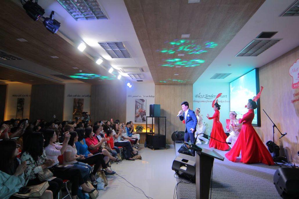 Ca sĩ Quang Linh hát tại hội thảo làm bánh cưới