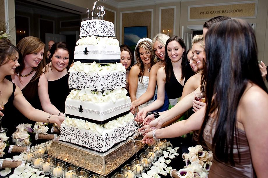 """7 Quên bó hoa cưới đi, người kết hôn kế tiếp sẽ là người rút được """"lá bùa"""" từ chiếc bánh cưới"""
