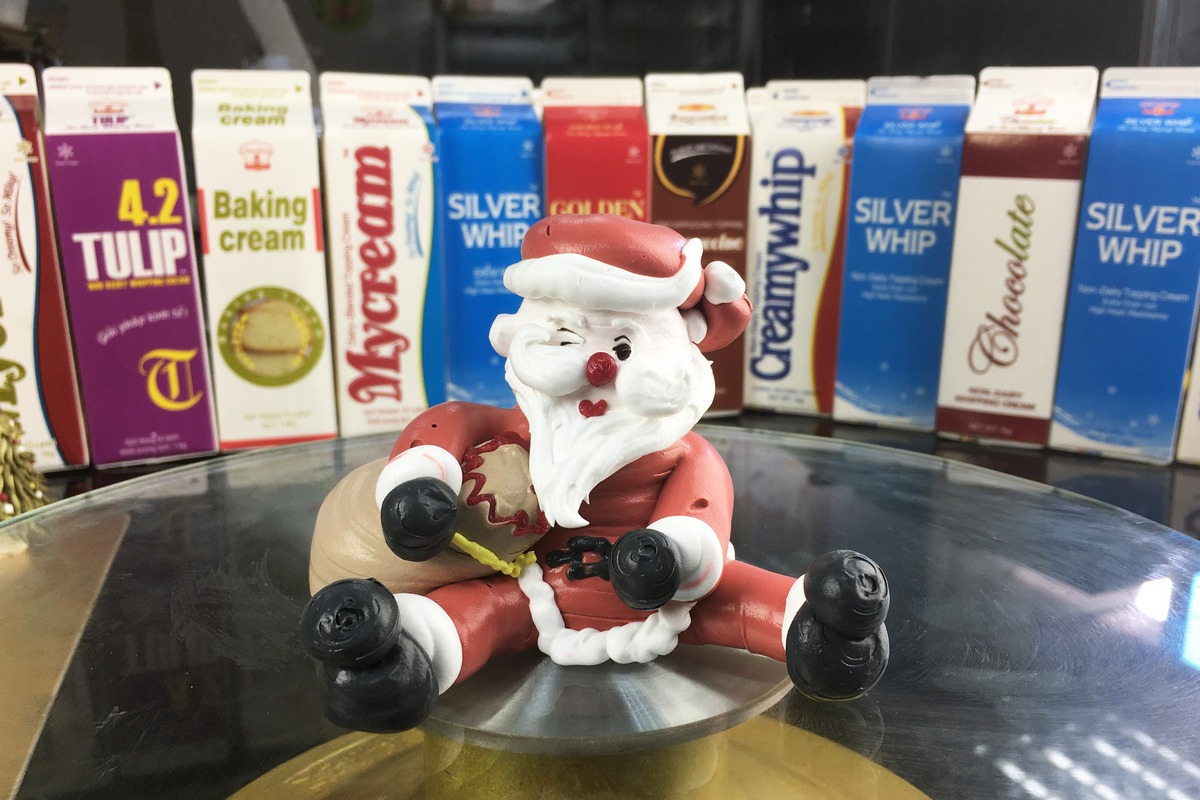 Cake Decorating: Santa Claus Made by Non-dairy topping cream