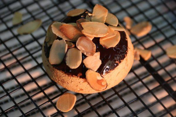 Su Mềm Nhật Bản trang trí cùng chocolate và hạnh nhân