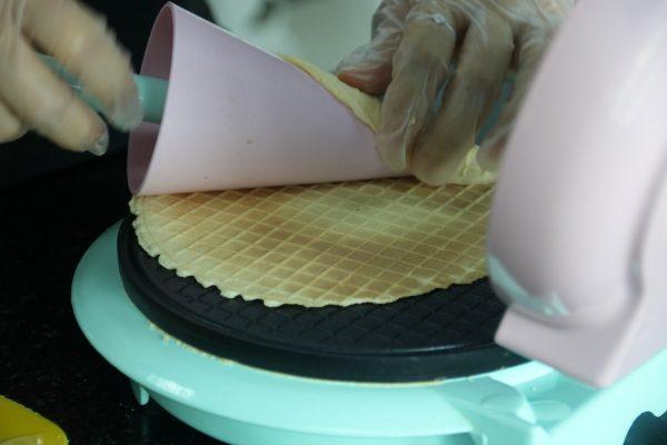 Tạo hình ốc quế cho bánh