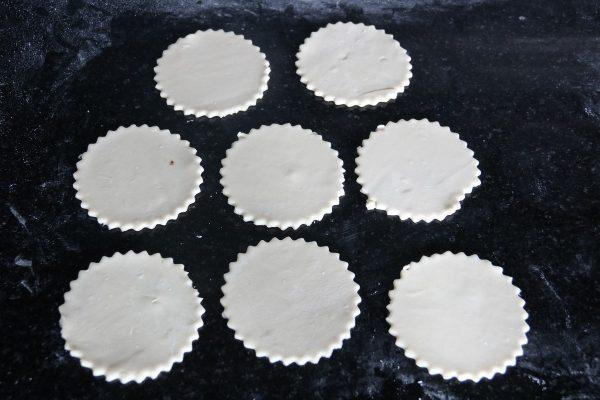 Tấm cán Puff Pastry sau khi dùng khuôn nhấn tạo hình