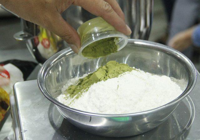 học làm bánh bông lan cuốn trà xanh