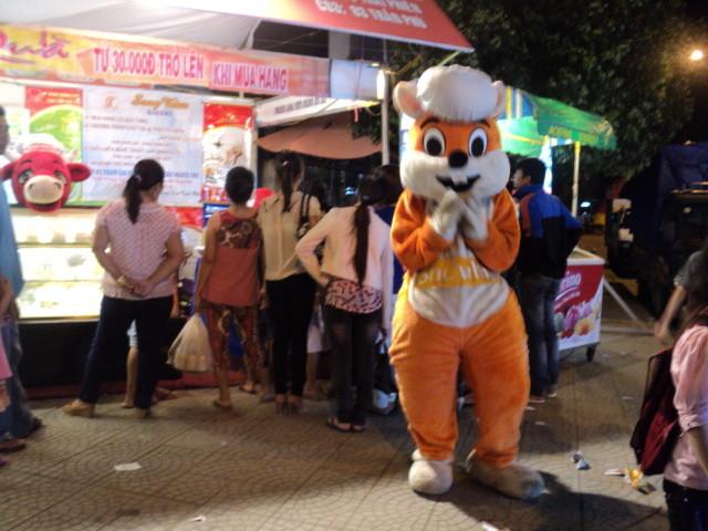 Nhất Hương hỗ trợ khách hàng festival huế 2012 03