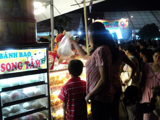 Nhất Hương hỗ trợ khách hàng festival huế 2012 04
