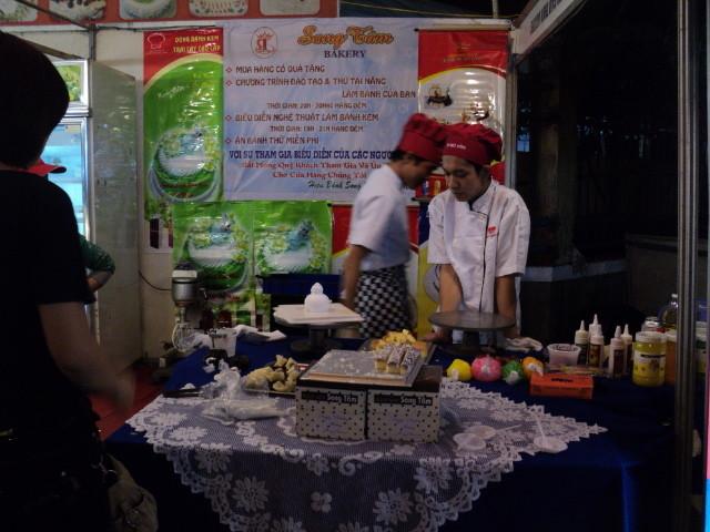 Nhất Hương hỗ trợ khách hàng festival huế 2012 05
