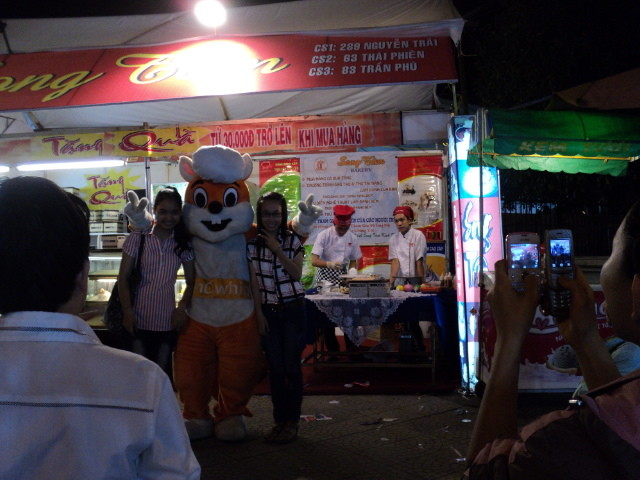 Nhất Hương hỗ trợ khách hàng festival huế 2012 06